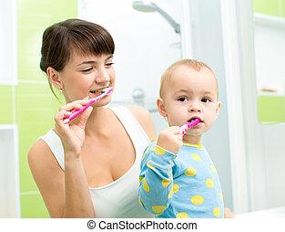 brossage, peu, fille, mère, salle bains, dents