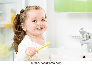 brossage, salle bains, enfant, dents, fille souriante