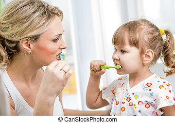 brossage, salle bains, fille, mère, dents, gosse
