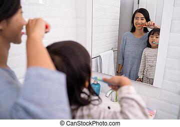 brossage, salle bains, fille, mère, sombrer, dents