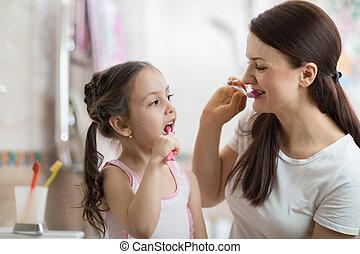 brossage, salle bains, fille, maman, dents, enseignement, gosse