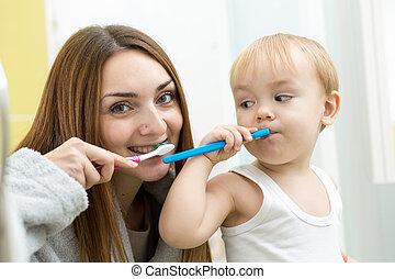brossage, salle bains, mère, fils, dents, gosse