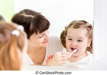 brossant dents, mère, gosse