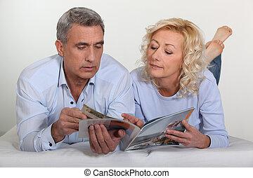 broszura, przez, para, wiek średni, leafing
