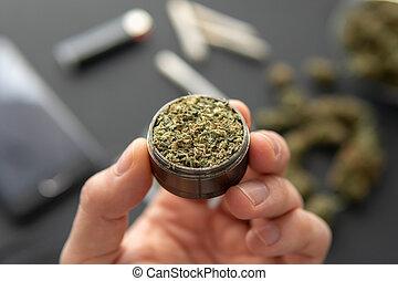 brotos, cima, moedor, marijuana, cannabis, mão, pretas, conjunto, fresco, fim, erva daninha, tabela