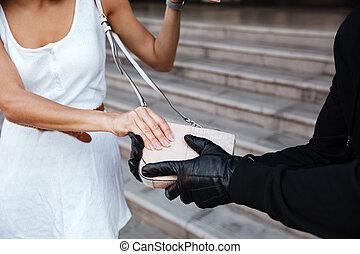 brottsling, man, in, handskar, stöld, kvinna, väska, utomhus