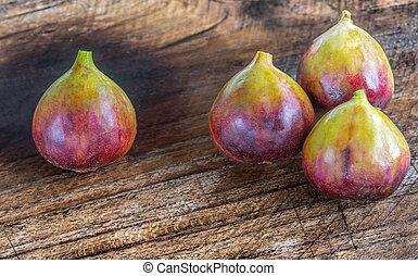 brown turkey and black genoa figs on teak wooden