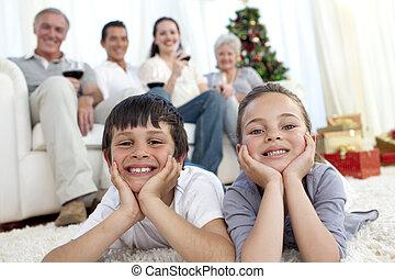 bruder schwester, auf, boden, mit, ihr, familie, in, weihnachten