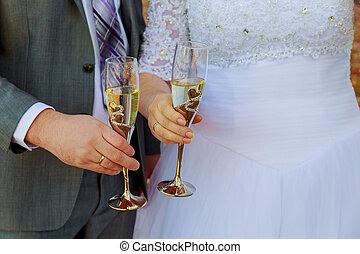 Brudgum, brud, holdingen, bröllop,  champagne, glasögon