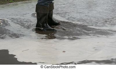 brudny, potok, wzdłuż, człowiek, puddles., czarnoskóry, road., zatapianie, przechadzki, disaster., czyścibut, rzeki, ścierka, village., przez