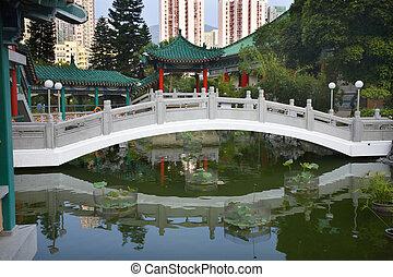 brug, gebouwen, moderne, tuin, chinees, temidden, rijzen, hong, kowloon, kong, water, hoog, wong, taoist, tai, tempel, zonde, reflectie