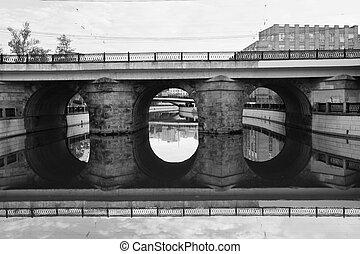 brug, met, reflectie, in, water, zwart wit