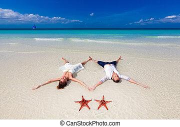 bruid en bruidegom, het liggen op het strand, oever, met, twee, zeester