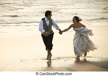 bruid en bruidegom, op, strand.