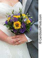 bruid en bruidegom, vasthouden, een, trouwboeket