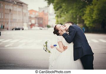bruid, kussende , bruidegom