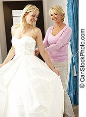 bruid, pas, trouwjurk, met, omzet assistent