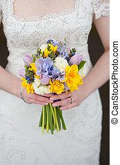 bruid, vasthouden, een, trouwboeket, van, lentebloemen