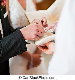 bruidegom, boeiend, ringen, in, trouwplechtigheid