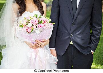 bruidegom, en, bruid, vasthouden, bouquetten