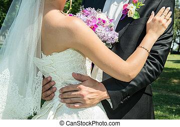 bruiloftspaar, holdingshanden, en, het koesteren