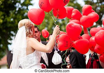 bruiloftspaar, met, ballons