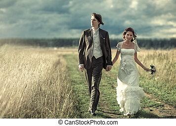 bruiloftspaar, wandelende