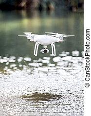 brummen, quadcopter, mit, fotoapperat, fliegendes, oben, water.