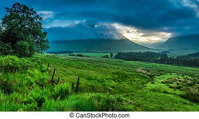 brumoso, amanecer, encima, el, montañas, de, glencoe, en, escocia