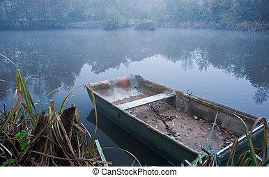 brumoso, barco, en, lago