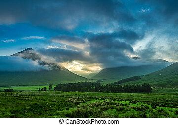 brumoso, ocaso, encima, el, montañas, de, glencoe, en, escocia