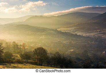 brumoso, salida del sol, encima, el, aldea, en, valle