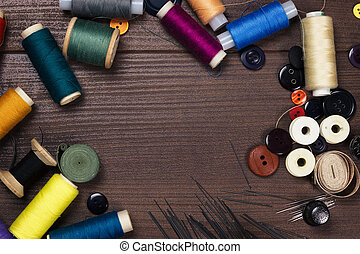 brun, bois, boutons, aiguilles, fils, table