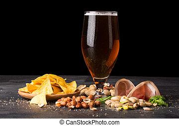 brun, drink., alcool, collations, noisettes, verre, sombre, moite, lard, closeup, arrière-plan., bière, pistaches, chips, cacahuètes