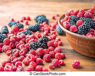 brun, entiers, framboises, mulberries, bol, haut, fruit, brouillé, foyer., arrière-plan., berries., sélectif, rouge noir, fin, vue., doux, table