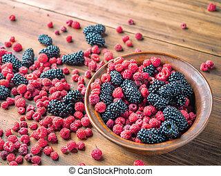 brun, entiers, mulberries, table., haut, fruit, brouillé, foyer., framboises, sélectif, noir, arrière-plan., fin, bassin, baies, doux, vue., rouges