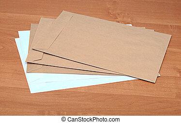 brun, enveloppes, sur, table
