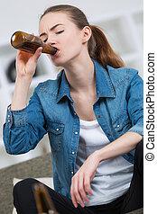 brun, femme, buvant bouteille, bière