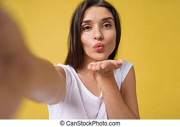 brun, femme, image, elle-même, selfie, cheveux, jeune, jaune, rire., arrière-plan., clair, beau, studio, séduisant, confection, girl, agréable, prendre