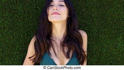 brun, femme, longs cheveux, s'étend, joli, herbe