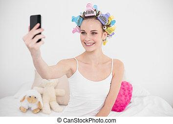 brun, femme, naturel, image, mobile, chevelure, prendre, cheveux, téléphone, clair, joli, chambre à coucher, curlers, elle-même