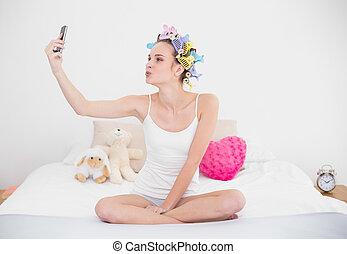brun, femme, naturel, image, mobile, chevelure, prendre, espiègle, téléphone, clair, chambre à coucher, curlers, cheveux, elle-même