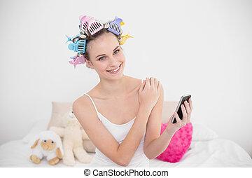 brun, femme, naturel, mobile, chevelure, cheveux, téléphone, clair, tenue, chambre à coucher, curlers, heureux