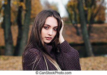 brun, girl, automne, beau, jour, parc, chandail, portrait, ensoleillé
