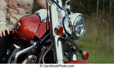 brun, moto, jeune, cheveux, girl, assied, road.