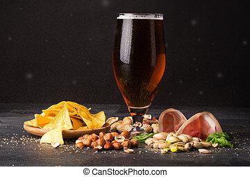 brun, noisettes, verre, sombre, moite, lard, arrière-plan., bière, pistaches, chips, cacahuètes