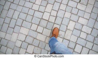 brun, voyageur, jean, bottes, pavage, promenades, branché, slabs., vue., sommet