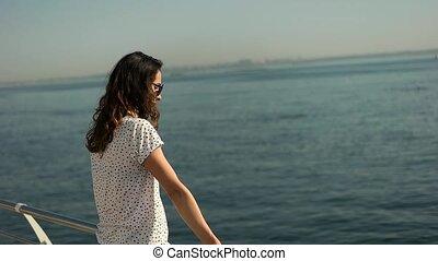 brunete, meisje, in, sunglases, het kijken, zee