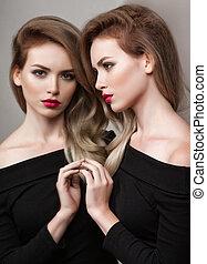 brunetka, dziewczyna, fason, jasny, makijaż, sexy, wzór, wysoki, portret, samica, usteczka, look., lustro, odbicie, czerwony, jej, blask, piękny