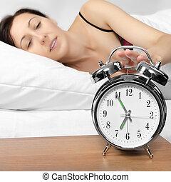 brunetka, kobieta, zakręcając, jej, budzik